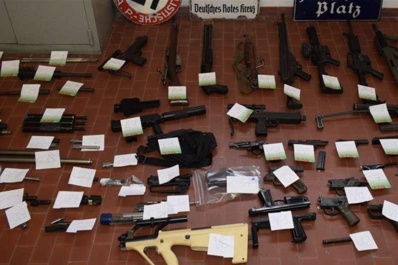 義大利警方表示,他們在突襲極右派極端組織時,查獲許多武器。(翻攝義國警察官網www.poliziadistato.it)