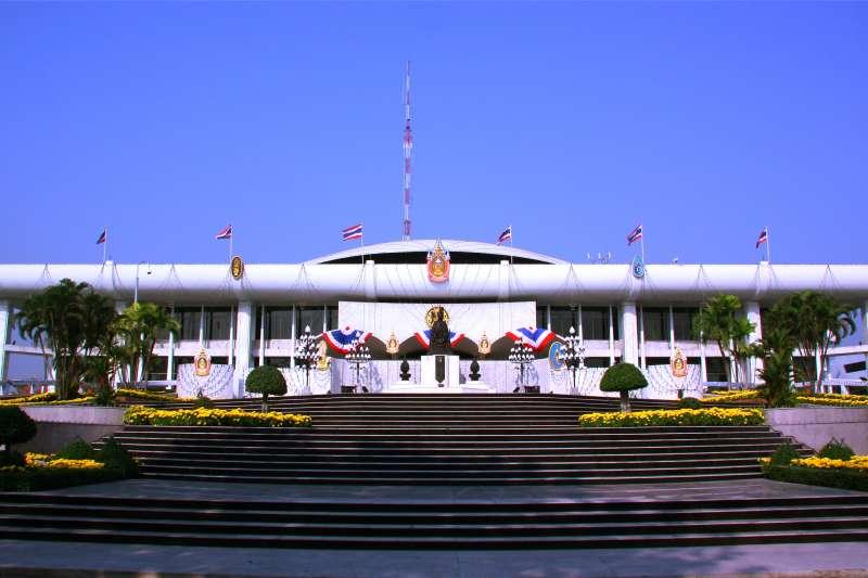 《從暹羅到泰國》中認為近現代泰國精英用以建構國家的論述,不只是這種以王室為尊的光明面,還有另一重要的黑暗面,以歷史中泰國國家土地喪失為基礎,藉由對西方外來侵略的同仇敵愾感,形塑泰國國族主義。圖為泰國國會。(取自維基百科 / 公有領域)