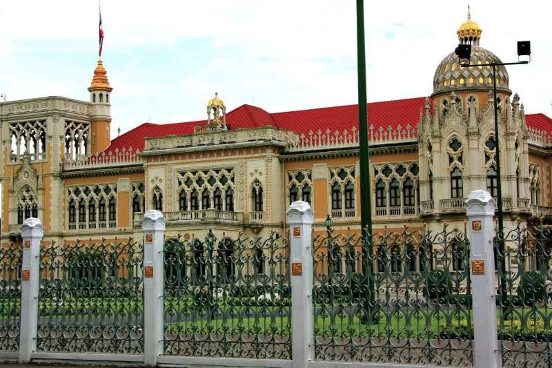 《從暹羅到泰國》像是近現代泰國編年史,但書中內容遠多過於此,作者以「國恥論的成形與再利用」,解釋泰國如何打造現代的基本樣貌。圖為泰國總理府(取自Sodacan @wikipedia/CC BY-SA 3.0)