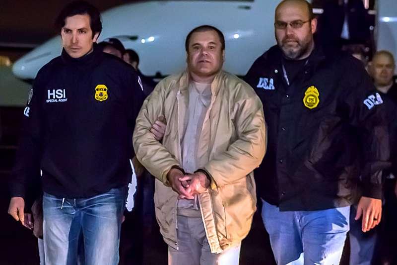 """2017年1月19日,墨西哥裔的全球頭號毒梟「矮子」古茲曼(Joaquín """"El Chapo"""" Guzmán)被解送美國(Wikipedia / Public Domain)"""