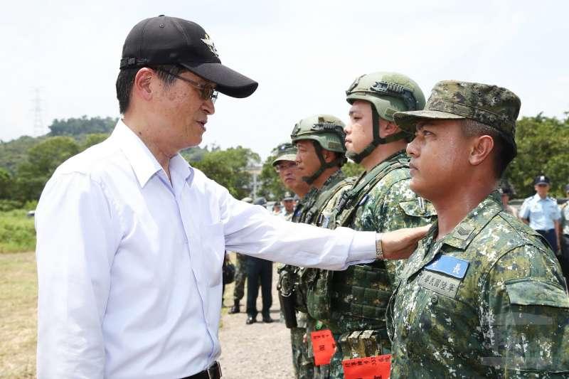 國防部長嚴德發(左)16日前往屏東機步333旅視導,並表揚在火車刺警案中見義勇為的陸軍中士羅偉。(取自軍聞社)
