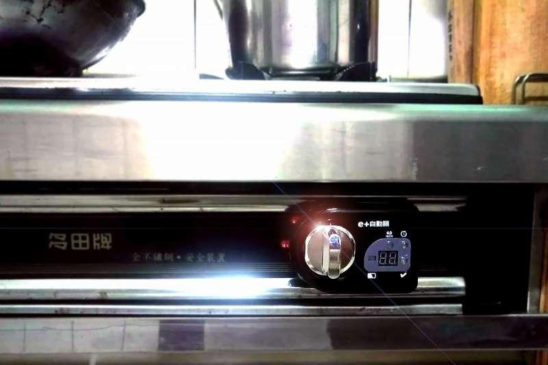 有業者推出「自動關-智慧型瓦斯爐控制器」,希望藉由科技作為預防火警發生的利器。(圖/佰順醫療器材公司提供)