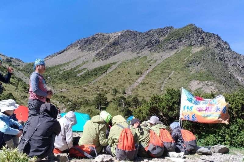 新北市教育局舉辦「遠離毒害 幸福永在」攀登台灣第三高峰─南湖大山活動,經過9天8夜,師生們於今(17)日圓滿完成任務,由副局長黃靜怡親自頒發結訓證書給10位學員。(圖/新北市教育局提供)