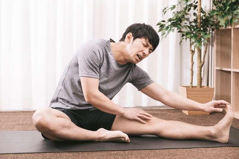 運動後花個5到15分鐘做點收操,伸展今天運動的肌肉,以降低受傷的機會。(圖/大川竜弥@pakutaso)