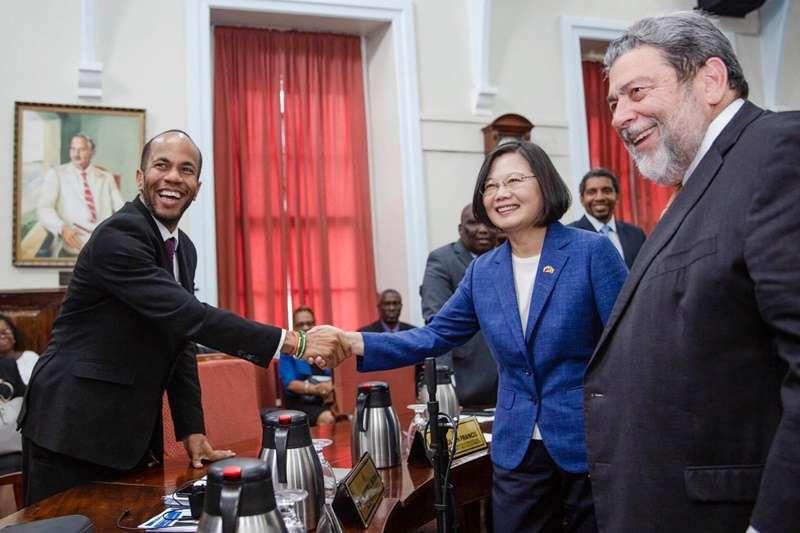 蔡英文總統於聖文森國會與其衛生部長布朗(Luke Browne)握手。最右為聖文森總理龔薩福(Ralph Gonsalves)。(圖取自蔡英文facebook)