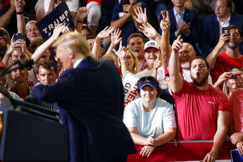 17日晚間共和黨造勢場合上,免於遭彈劾的川普(Donald Trump)再度抨擊、謾罵少數族裔議員。(AP)