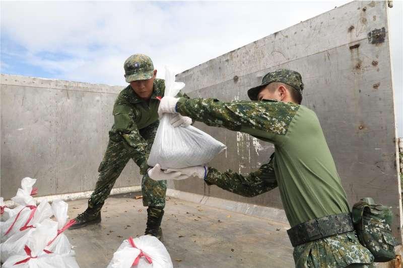 東南部大雨來襲,國防部19日表示,將在重要潛勢區域持續派員機動應變災情救援任務。圖為陸軍步兵153旅著新式救災服持續進行災防整備。(資料照,取自青年日報)