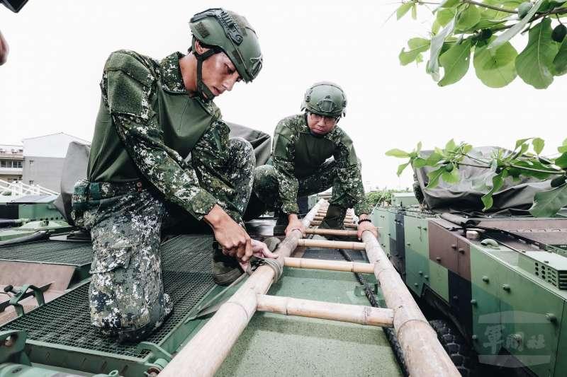 陸軍機步333旅18日在屏東林邊鄉公所周邊進行災防整備工作,值勤官兵身著新式救災服。(取自軍聞社)