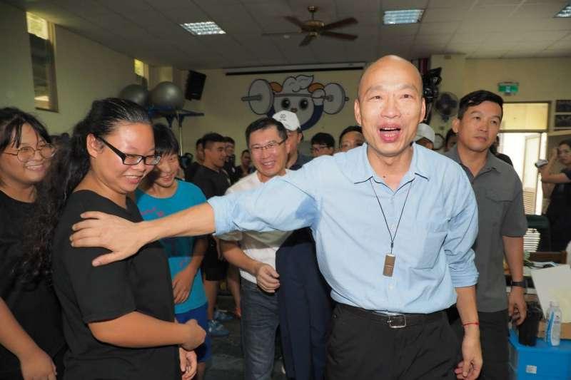 高雄市長韓國瑜(右)昨晚出席廚藝展飯局,卻引來未坐鎮指揮處理豪雨災情的批評。(資料照片,新新聞林瑞慶攝)