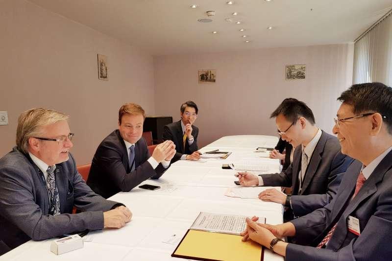 立法院秘書長林志嘉(右一)本月15日至17日在歐洲議會秘書長威勒(Klaus Welle)邀請下,赴歐洲議會進行國會行政考察。圖為林志嘉與歐洲議會友台小組蓋勒主席會晤。(立法院提供)