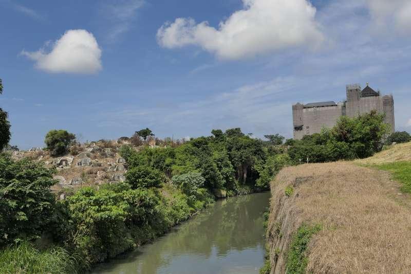 台南南山公墓與竹溪。(取自維基百科)