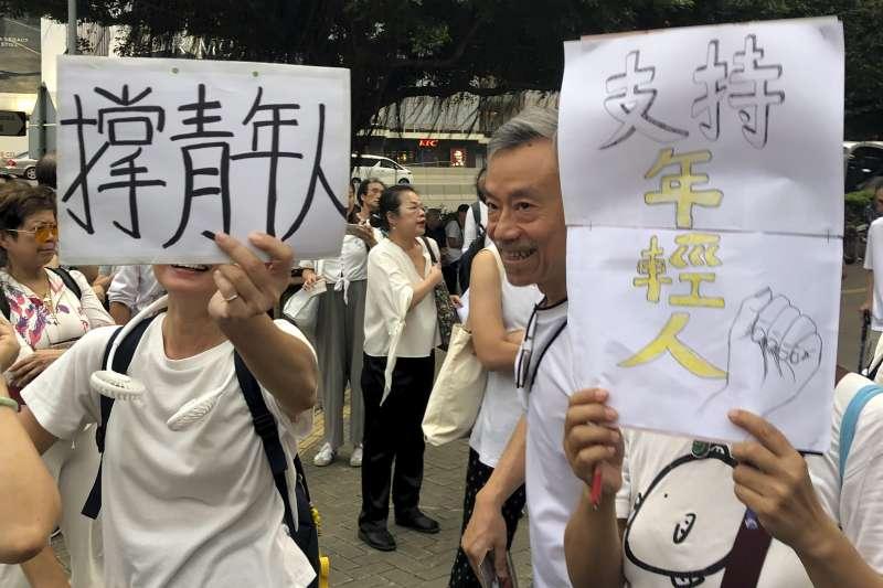 2019年7月17日,香港民眾舉行「銀髮族白衣靜默遊行」,2000名銀髮族走上街頭反送中。(美聯社)