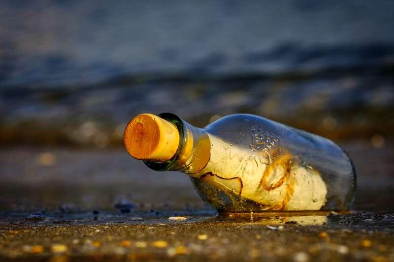 澳洲南部9歲男孩傑亞與父親艾略特日前釣魚時,在偏遠的海灘上發現了一個50年前的瓶中信(取自Pixabay)