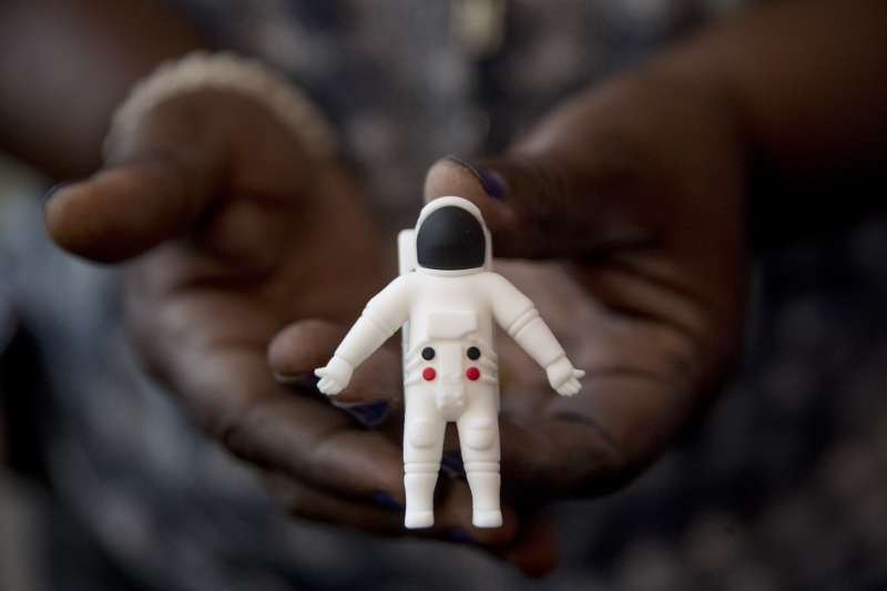 阿波羅登月50周年,史密森尼航太博物館展出阿姆斯壯的太空衣,圖為博物館的紀念版隨身碟。(AP)