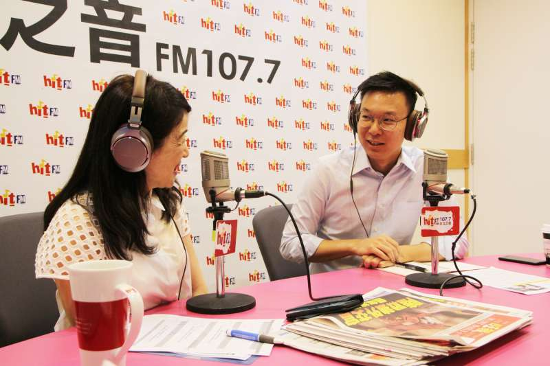 20190718-民進黨副秘書長林飛帆(右)18日接受廣播專訪。(Hit Fm《周玉蔻嗆新聞》製作單位提供)