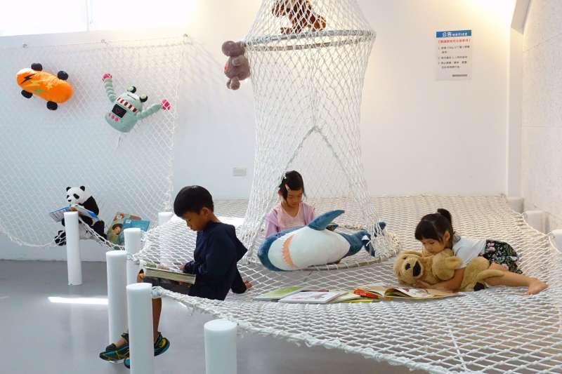 新開幕的樹林新館特別為兒童打造充滿趣味的閱覽空間,打造閱讀吊床,讓小朋友可以輕鬆、舒服的躺在吊床上,享受看書、發呆的樂趣。另外還有桌遊可以免費借玩,是爸媽蹓小孩、親子共讀的好去處。  (圖/ 新北市立圖書館提供)