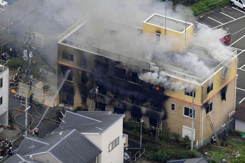日本動畫製作公司「京都動畫」位於京都市伏見區的工作室疑遭縱火,建物幾乎全毀。(美聯社)