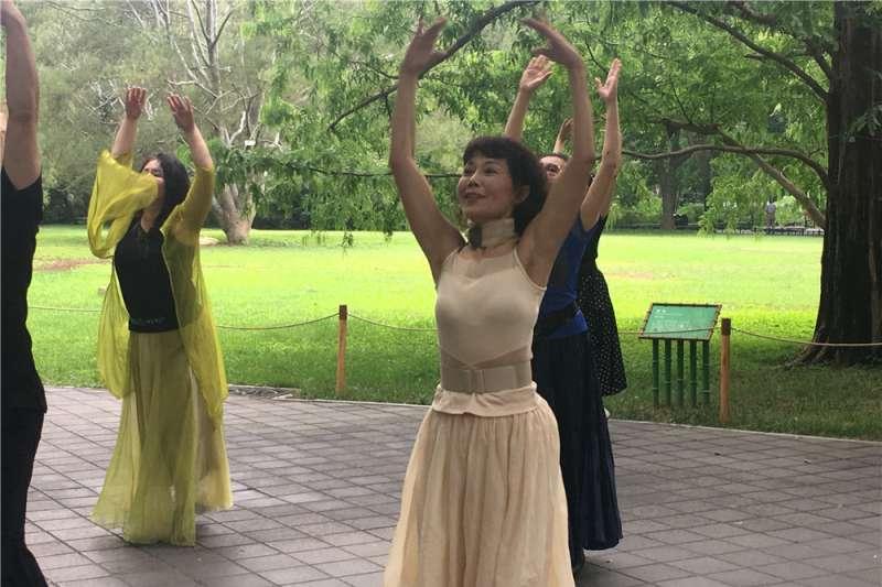 杜思(白衣舞者)和「相約紫竹」舞蹈隊的隊員們一起舞動青春夢。(新華社)