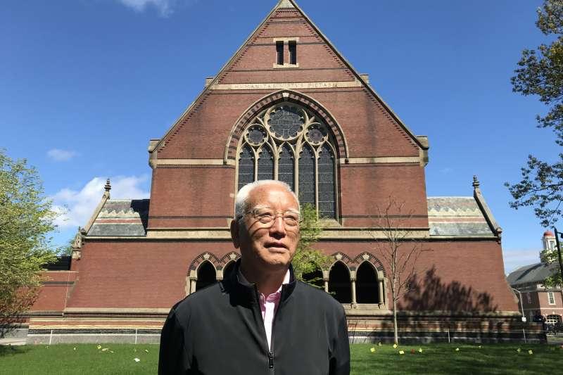 「東方荷馬史詩」《格薩爾》走下高原走向世界。2017年,降邊嘉措在美國哈佛大學做學術訪問。(新華社)