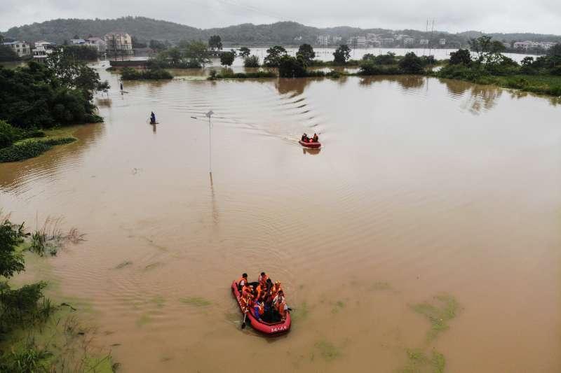 在永州市零陵區富家橋鎮漁池頭村,救援人員轉移受災群眾(新華社)