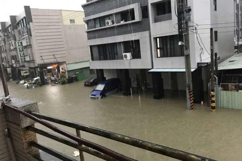 高雄市19日午後遭大雨襲擊,多處傳出淹水災情。高雄市政府也於16時成立災害應變中心。(讀者提供)