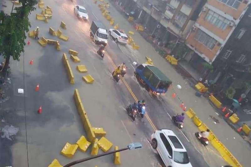 高雄市19日午後遭大雨襲擊,多處傳出淹水災情。(讀者提供)