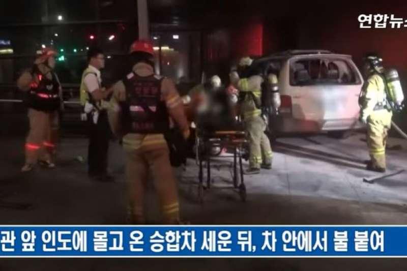 位於位於首爾市鍾路區的駐韓日本大使館19日上午傳出車輛撞上步道,而後起火的事故。(翻攝電視)