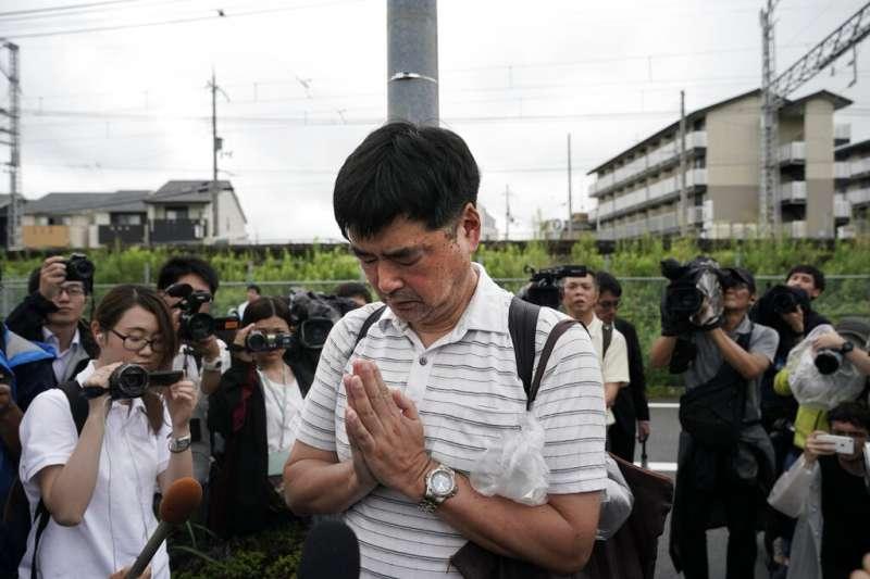 京都動畫公司18日陷入火海,釀成33死35傷的慘劇。民眾也趕到現場雙手合十,為罹難者祈求冥福(美聯社)