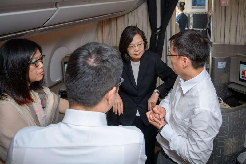 總統蔡英文跨海關心台灣豪大雨災情,陪同出訪的立委管碧玲、羅致政、趙天麟也在飛機上同步說明高雄和新北選區內的積水、淹水情形。(取自蔡英文臉書)