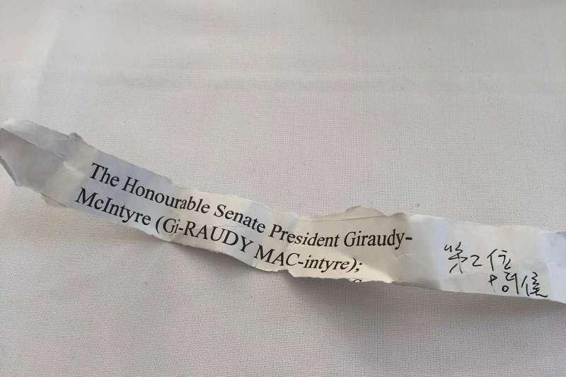 蔡英文總統訪問加勒比海友邦聖露西亞,隨身攜帶「小抄」,上面寫著聖露西亞參議院議長麥晶泰(Jeannine Michele Giraudy-McIntyre)的姓氏(蔡英文臉書)