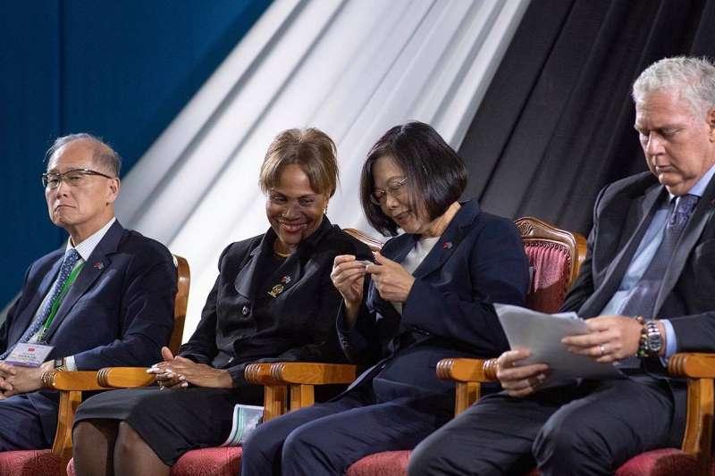 蔡英文總統訪問加勒比海友邦聖露西亞,隨身攜帶「小抄」(蔡英文臉書)