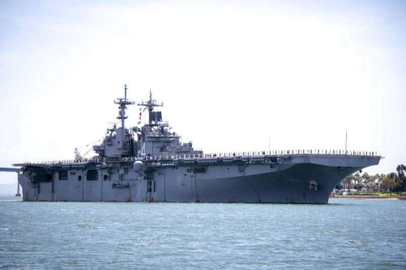 美軍兩棲攻擊艦拳師號。(AP)