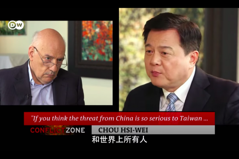 前台北縣長周錫瑋日前接受外媒《德國之聲》專訪,對中國與台灣對立議題與主持人看法不一。(取自「DW 中文 - 德國之聲」臉書)