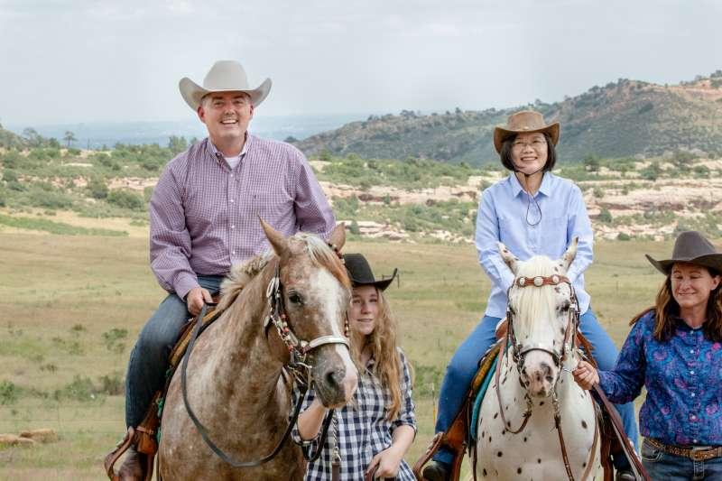 2019年7月20日, 「自由民主永續之旅」,蔡英文總統與參議員賈德納(Cory Gardner)騎馬體驗美國西部風情(總統府)
