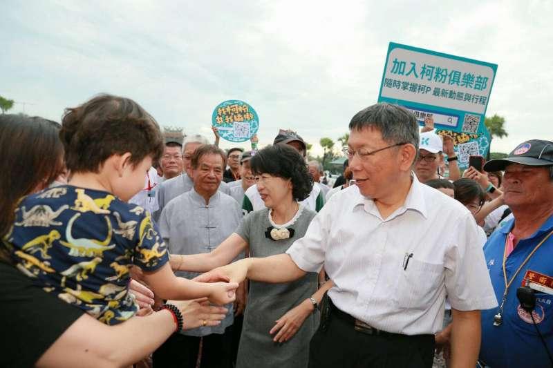 台北市長柯文哲與妻子陳珮琪周末南下,與支持者握手致意。(取自柯粉俱樂部)