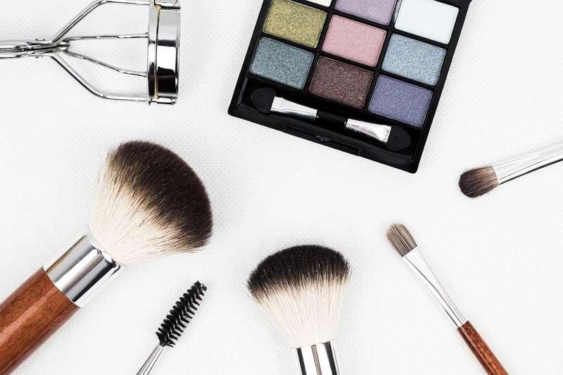 日前有5項台灣代工廠製作的化妝品,在美國與加拿大被驗出含石綿;此為示意圖,非關當事個案。(Pixabay)