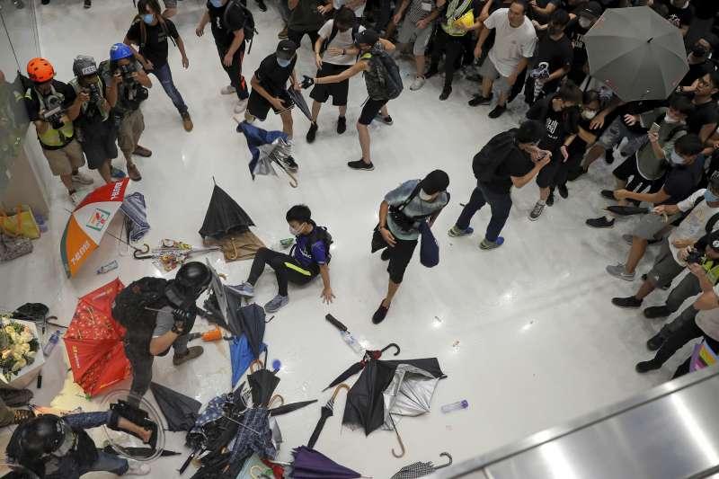 2019年7月14日,香港沙田舉行反送中遊行,警民在商場內爆發激烈衝突。(AP)