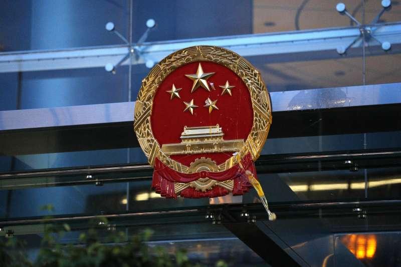 2019年7月21日,香港「反送中」民眾再上街頭,包圍、蛋洗中聯辦(AP)