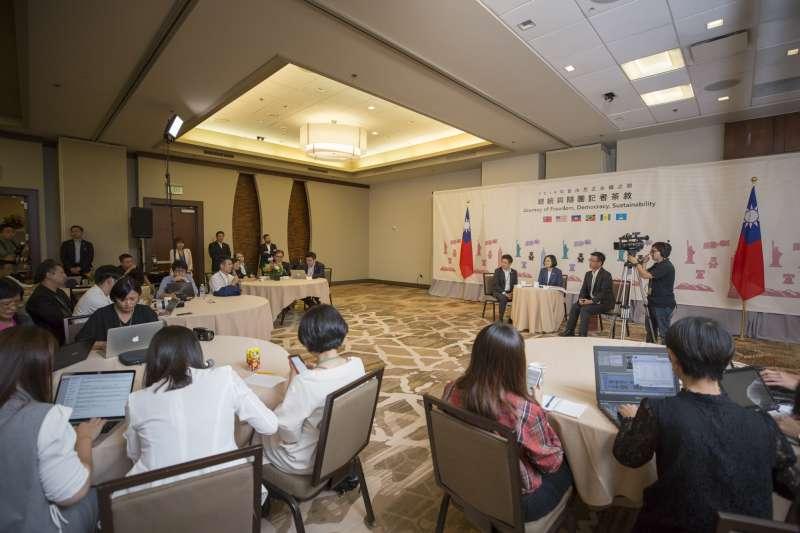 20190721-總統蔡英文「自由民主永續之旅」20日下午(台北時間21日上午)在美國丹佛與隨團記者茶敘。(取自總統府@Flickr)