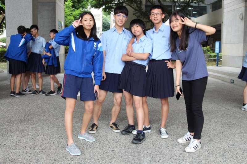 板橋高中從學生會校慶辦「板中男裙-裙聚效應」後,校務會議已放寬服儀規定,新學年起男、女生都可穿裙上學。(圖/板中學生會@facebook)