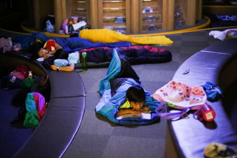 暑假夜宿總圖帶給孩子全新的圖書館歡樂夜感受。(圖/高雄市立圖書館提供)