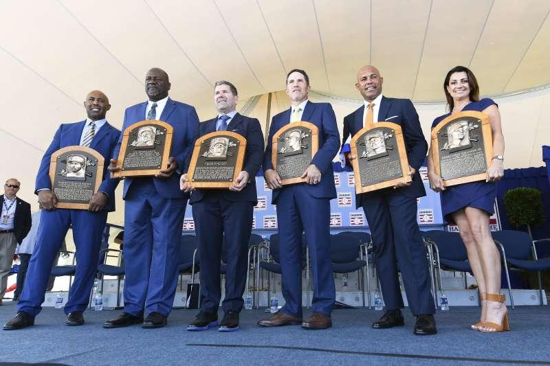 名人堂在今日舉行進駐儀式,5位退役球星與已逝球星哈樂戴的遺孀一同合影。 (美聯社)
