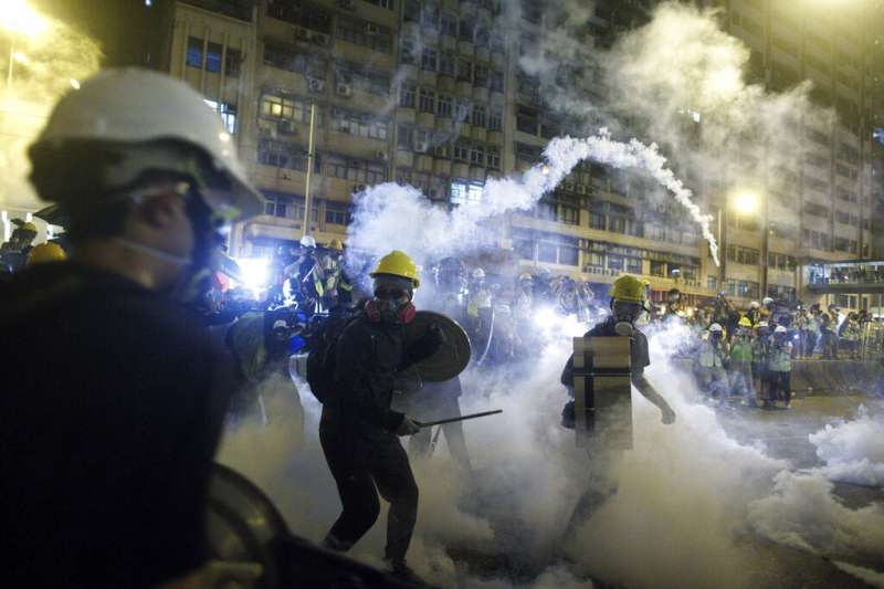 7月21日晚間,香港警察與反送中抗爭民眾的衝突再度白熱化。(美聯社)