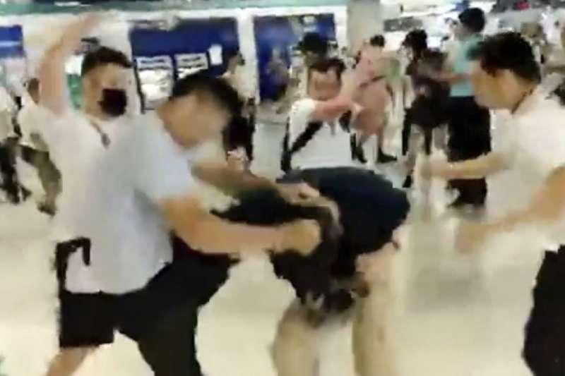 香港黑道白衣人圍毆手無寸鐵的地鐵民眾。(美聯社)