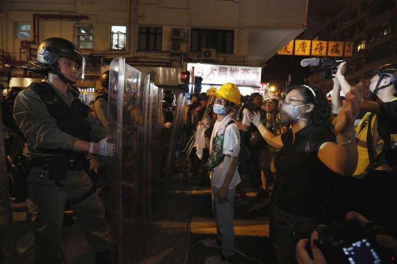 香港人對港警的信任度不斷下降。(美聯社)