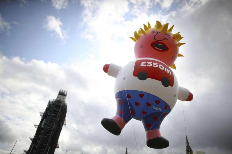 英國留歐派抗爭現場,升起新任首相強森的氣球。(AP)