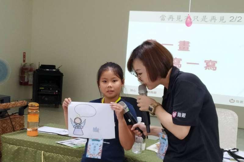 透過課程讓小朋友繪製天堂跟最愛的人做告別練習 / 圖片來源:龍巖提供