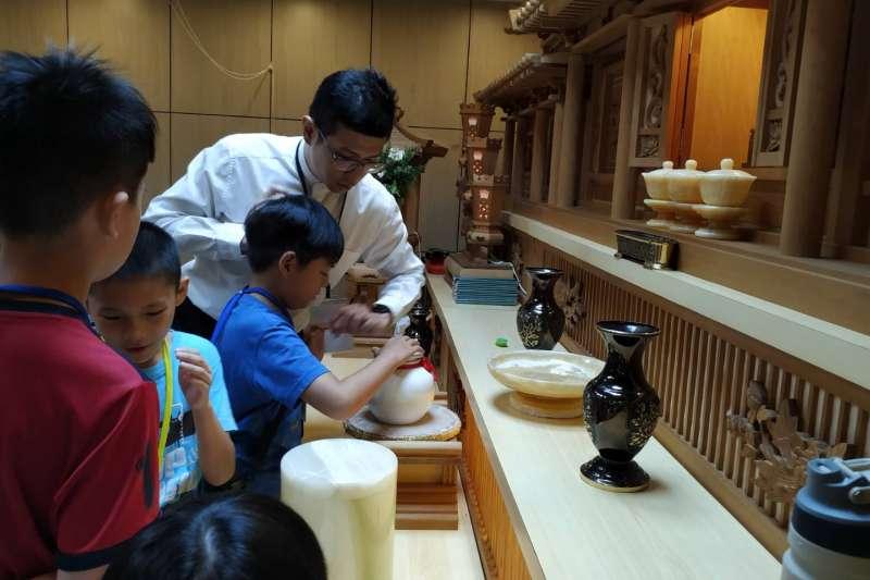 學習晉塔時為親人擦拭身後住所骨灰罐 /圖片來源:龍巖提供
