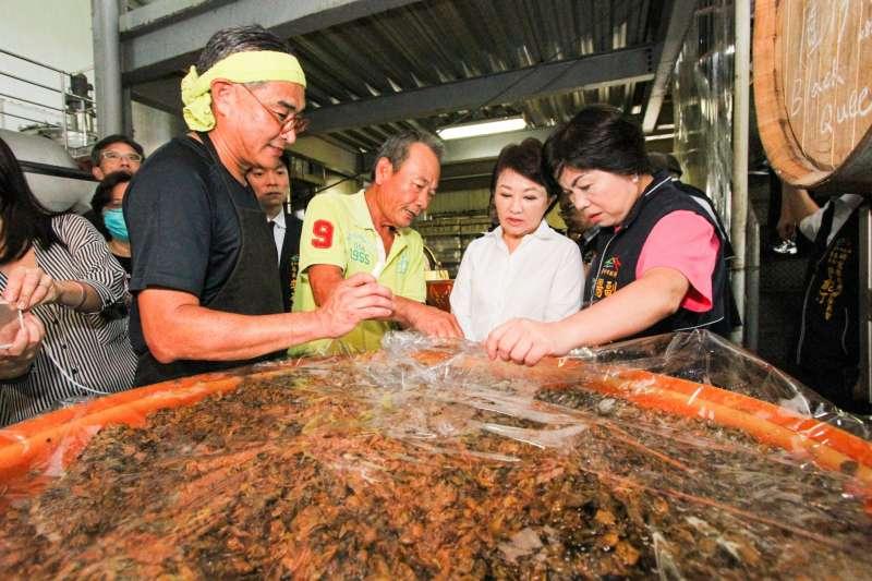 台中市長盧秀燕率市政團隊參訪外埔樹生酒莊。(圖/台中市政府提供)
