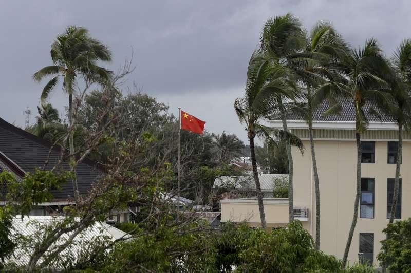 中國近年積極投資大洋洲諸島。圖為中國駐東加大使館。(AP)